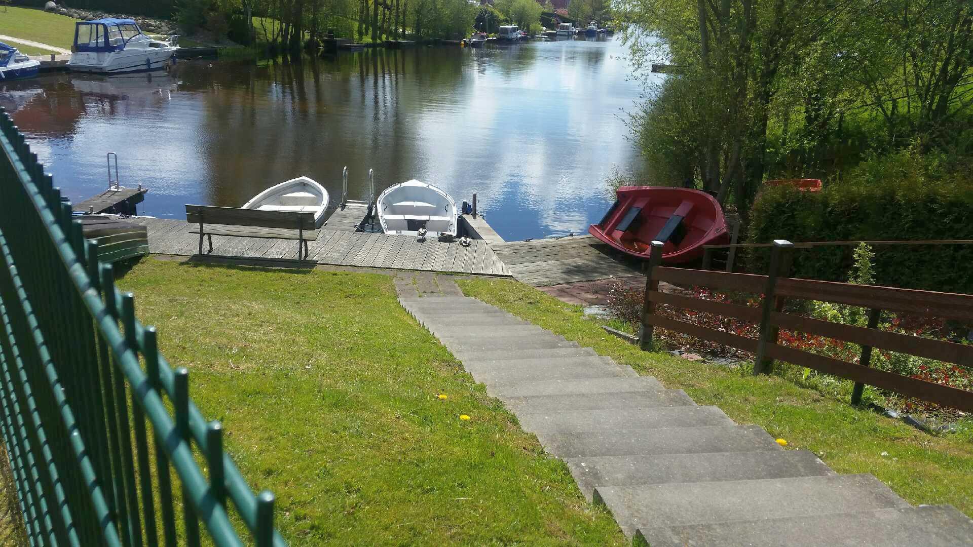 Bootsteg mit Ruderboot - Motor - Ferienhaus Timmel