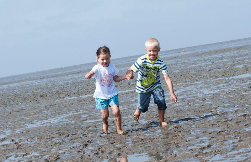 Norddeich Nordsee Kinder spielen Watt
